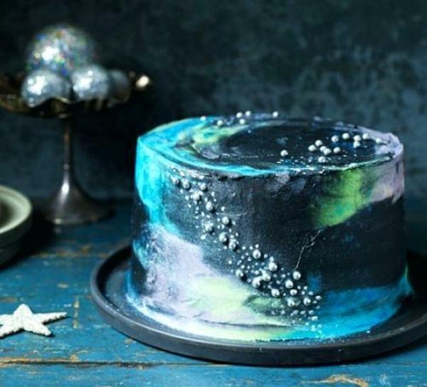 décorer gâteau galaxie au glaçage miroir de perles alimentaires