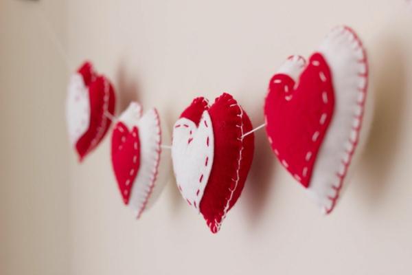 diy guirlande coeur saint valentin feutre artisanal ouate