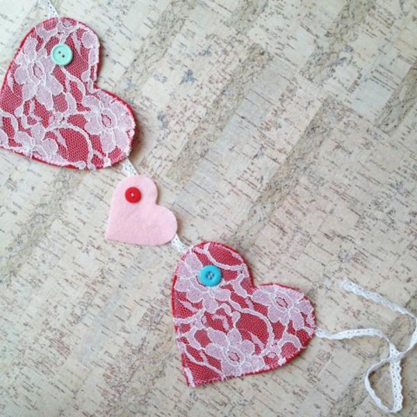 diy guirlande coeur saint valentin feutrine dentelle boutons