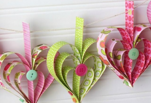 diy guirlande coeur saint valentin papier craft boutons