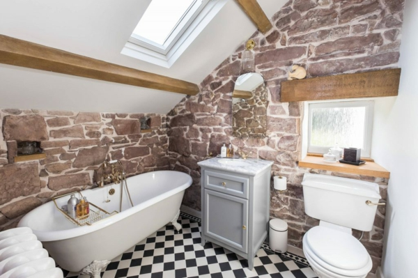 fabuleuse petite salle de bain sous comble murs pierre naturelle sol carrelage en carrés