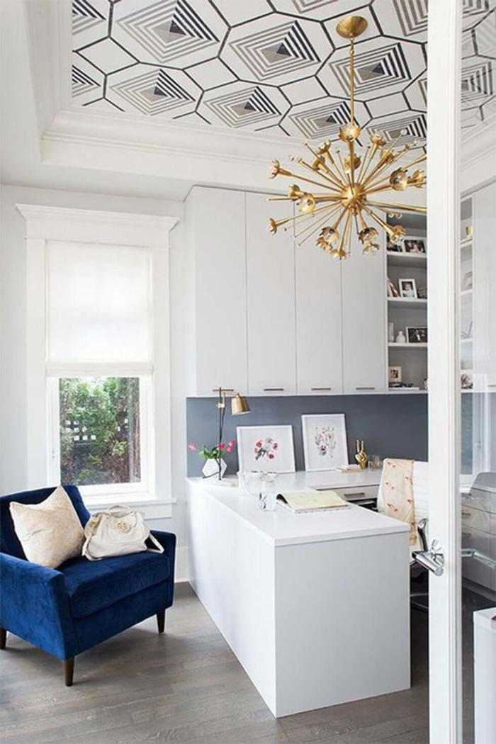 fauteuil en classic blue idée aménagement cuisine bleu classique