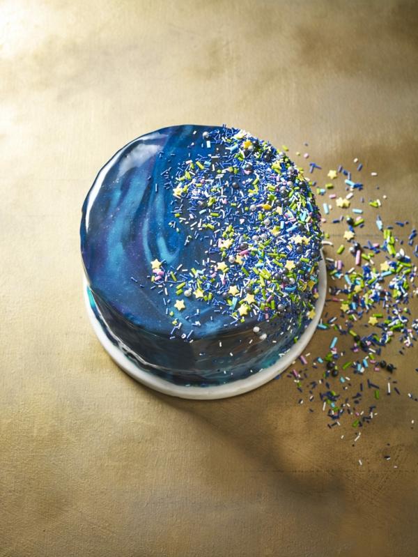 gâteau galaxie au glaçage miroir aux paillettes alimentaires colorées