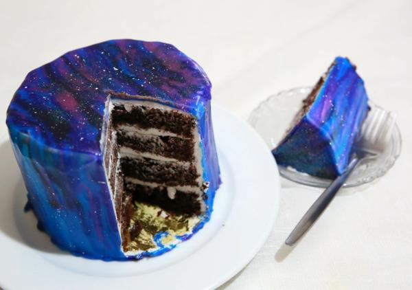 gâteau galaxie au glaçage miroir en quatre couches