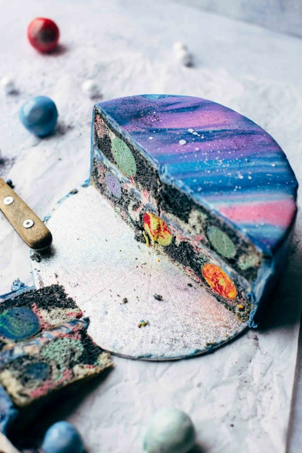 gâteau galaxie au glaçage miroir multicolore