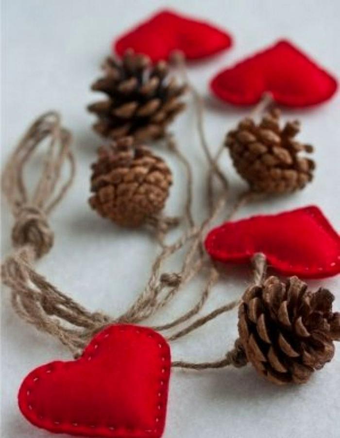 guirlande aux pommes de pin et coeurs en tissu déco chambre romantique