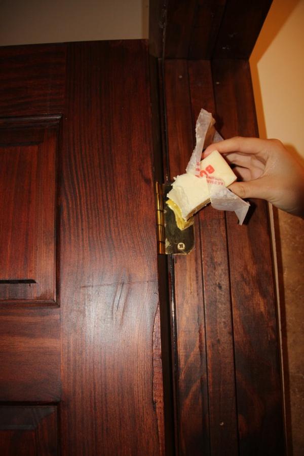 huiler les charnières d'une porte avec du beurre
