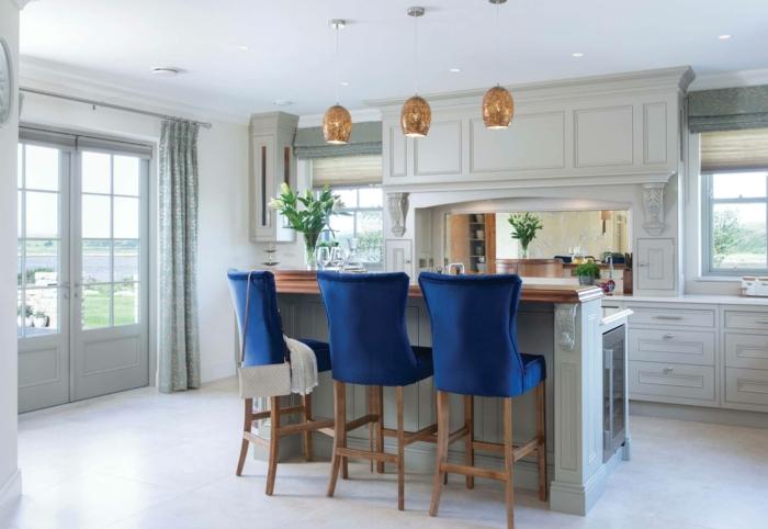 intégrer le classic bleu dans la cuisine idée cuisine bleu classique chaises
