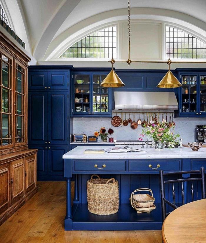 lampes en laiton et cuisine bleu classique meubles