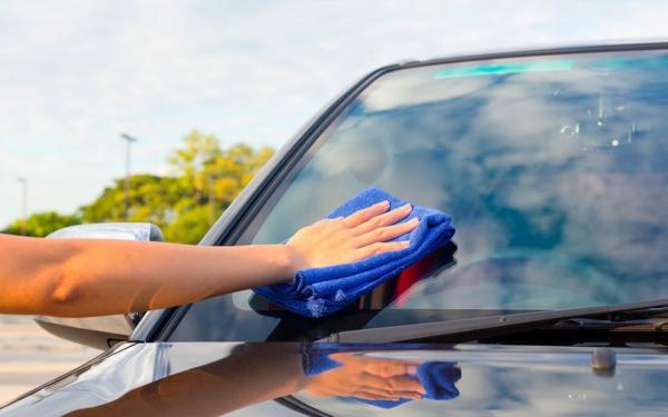nettoyer la sève d'arbre de la voiture avec du beurre