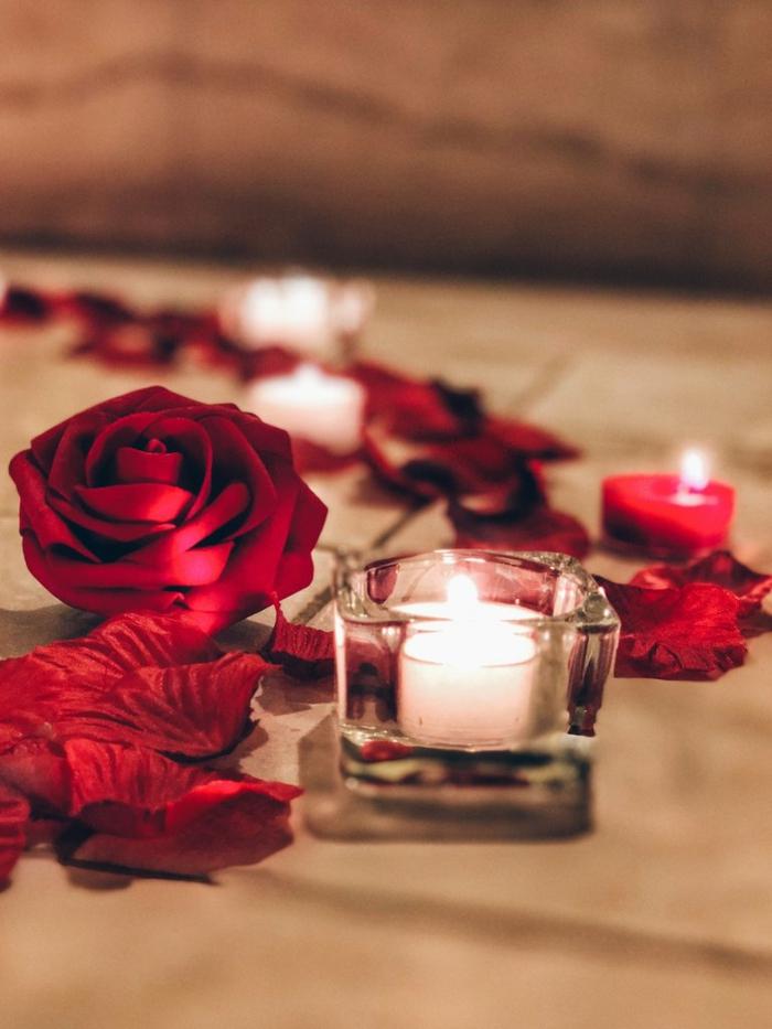 pétales de roses et bougies idée déco chambre romantique