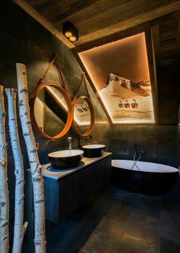 petite salle de bain sous comble couleurs noir et blanc sans fenêtre