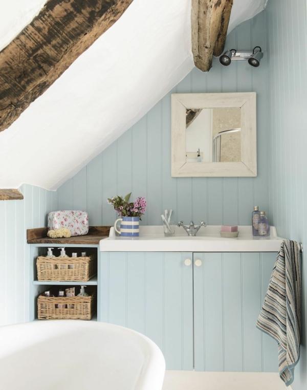 petite salle de bain sous comble en bleu poudre poutres en bois paniers de rangement baignoire sur pied