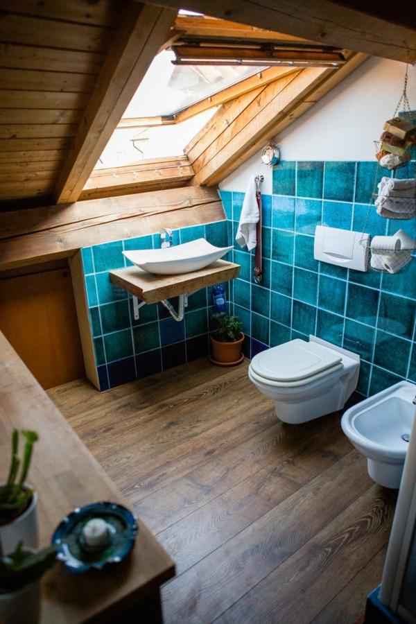 petite salle de bains sous comble carrelage turquoise sol en bois