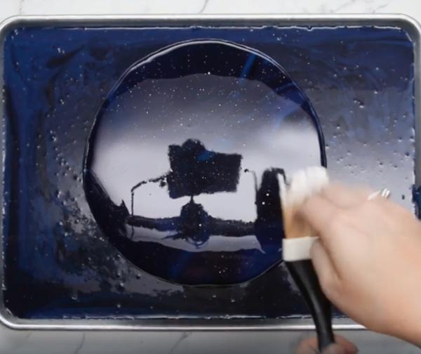 recouvrir gâteau galaxie de glaçage miroir