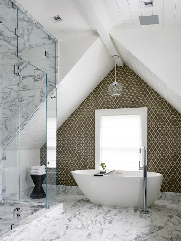 salle de bain sous comble carreaux de marbre baignoire ovale cabine de douche vitrée