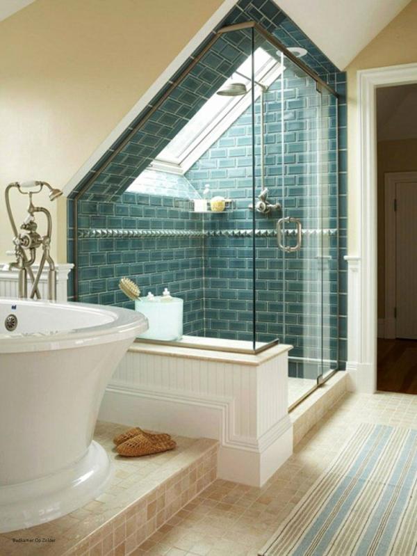 salle de bain sous comble espace de douche revêtu de carreaux bleu-canard baignoire tapis à rayures