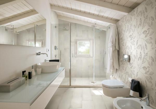 salle de bain sous comble mur habillé de papier peint motif végétal