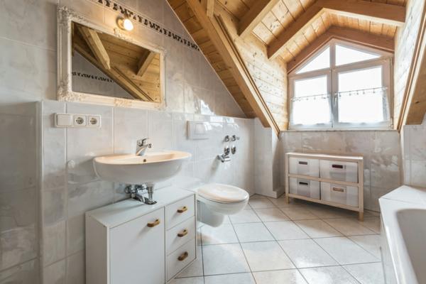 salle de bains sous comble carrelage blanc plafond en bois