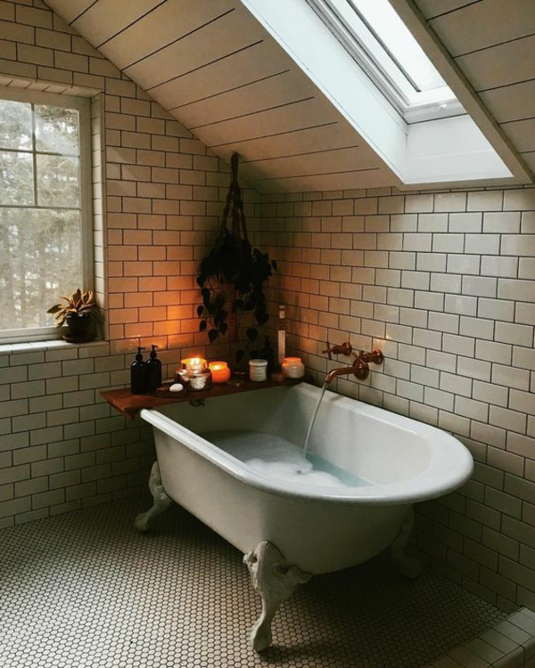 salle de bains sous comble carrelage graphique baignoire à pieds