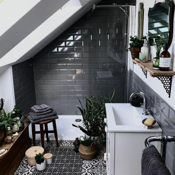 salle de bains sous comble carrelage métro noir sol graphique plantes vivantes