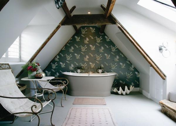 salle de bains sous comble mur habillé de papier peint baignoire grise chaises élégantes