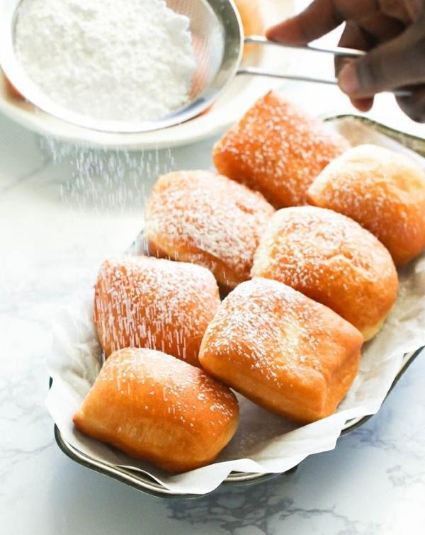 servir les beignets de carnaval fraîchement cuits