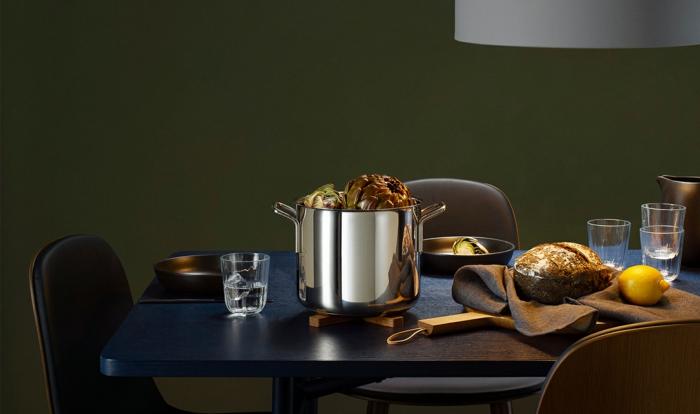 table à manger en bleu idée cuisine bleu classique pantone 2020