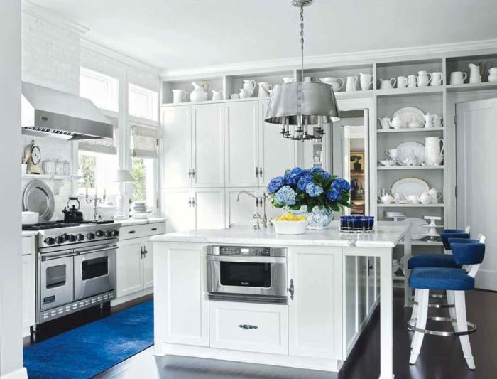 tapis et chaises en bleu classique idée cuisine bleu classique