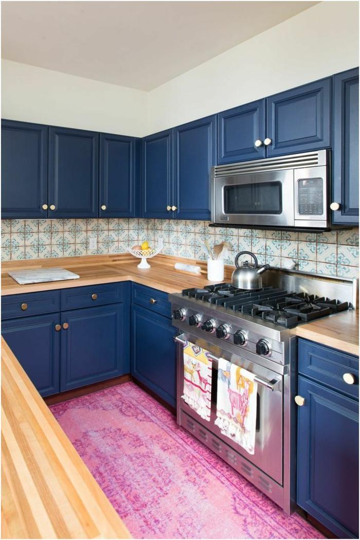 tapis rose et meubles cuisine bleu classique