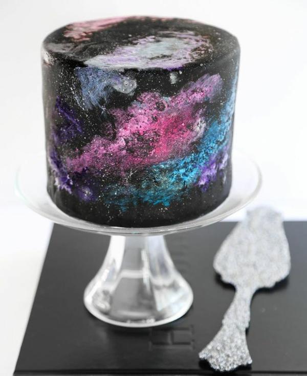 tendance gâteau galaxie au glaçage miroir