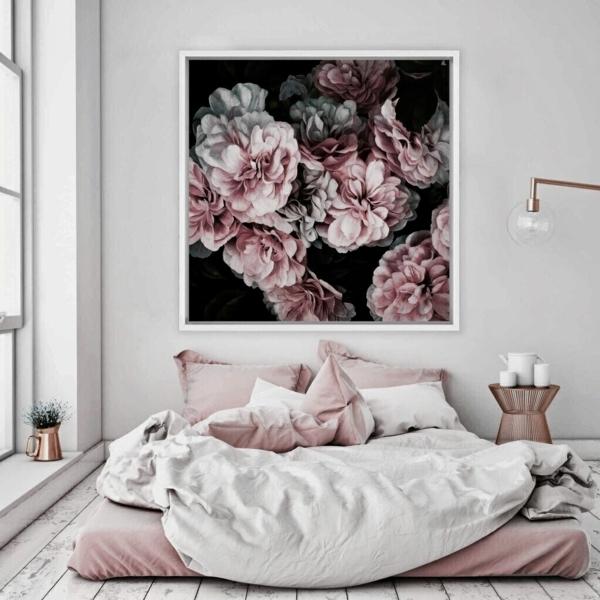 tendances chambre 2020 linge de lit rose poudré mur en blanc cassé tableau floral