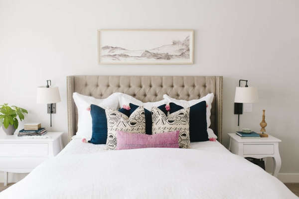 tendances chambre 2020 murs blanc cassé tête de lit en cuir beige capitonné coussins décoratifs