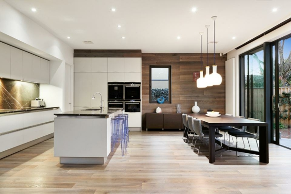 Tendances salle à manger 2020 coin repas dans la cuisine tabourets transparents