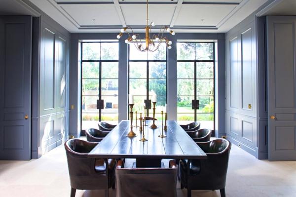 Tendances salle à manger 2020 lustre industriel peinture murale bleu violet