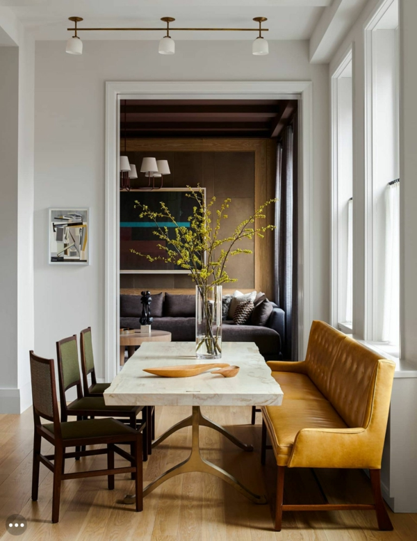 Tendances salle à manger 2020 table en pierre chaises en cuir grand banc en cuir de couleur ambre