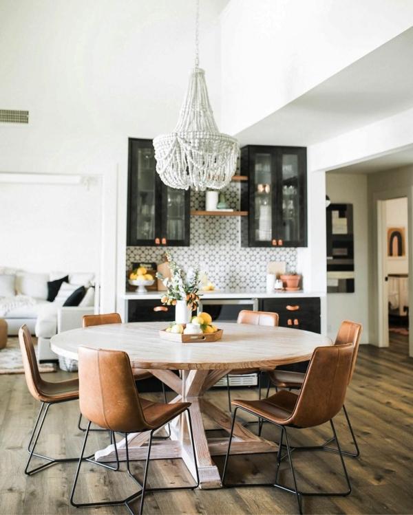 Tendances salle à manger 2020 table ronde en bois chaises en cuir lustre de perles