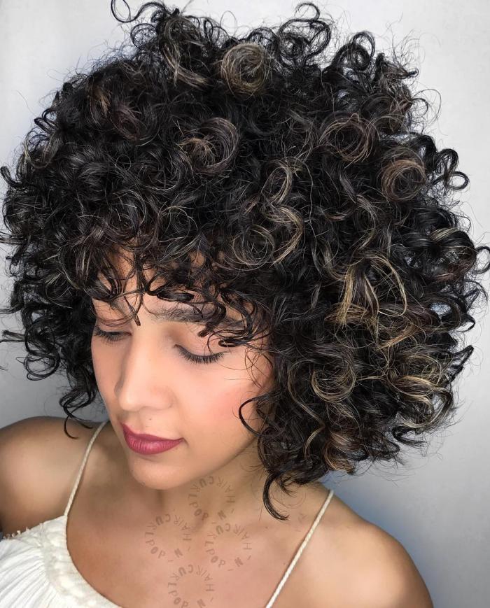 coupe cheveux bouclés avec franges