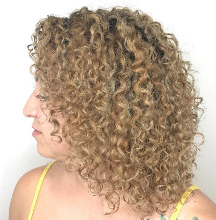 coupe cheveux bouclés blondes grillées
