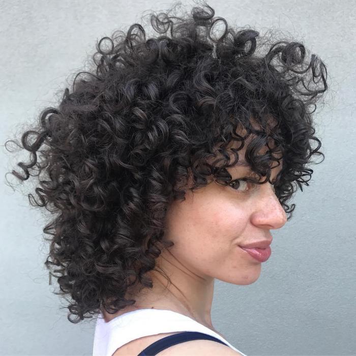 coupe cheveux bouclés couches idéales