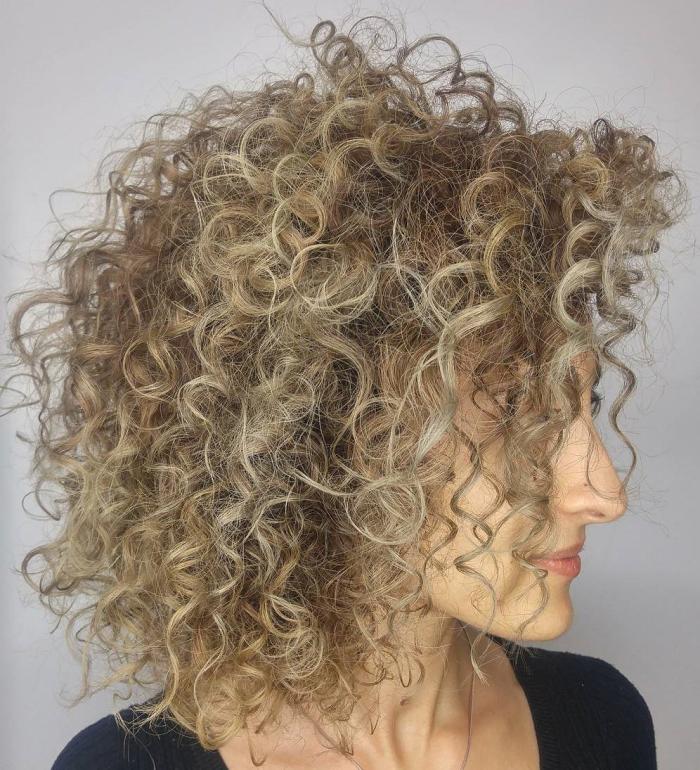 coupe cheveux bouclés des boucles luxuriantes