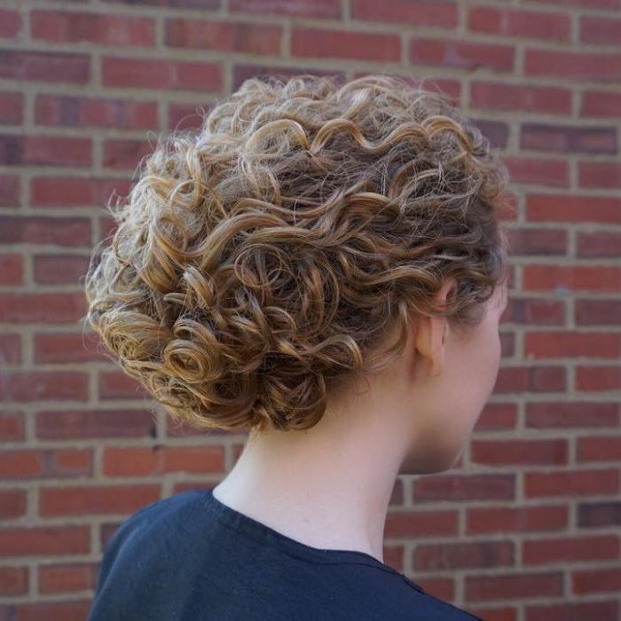 coupe cheveux bouclés mèches blondes