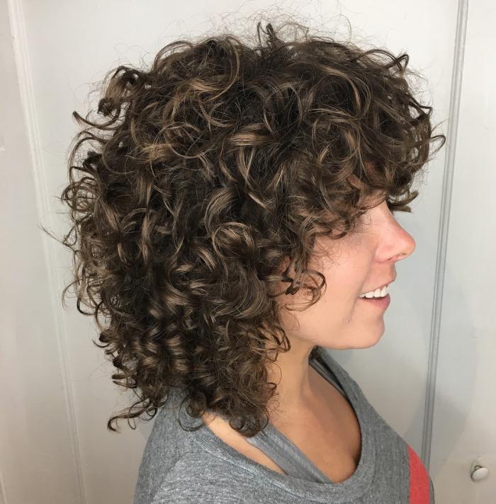 coupe cheveux bouclés naturellement rebondissantes
