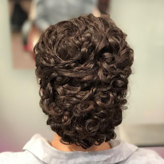 coupe cheveux bouclés pour un événement chic