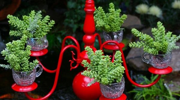 fabriquer une jardinière originale à partir d'un ancien lustre et planter des plantes