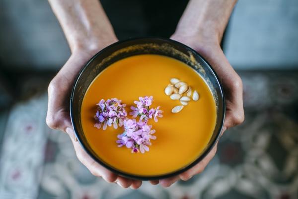 fleurs comestibles pour garnir des soupes