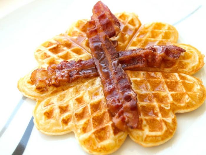 gaufres avec du bacon idée brunch de pâques
