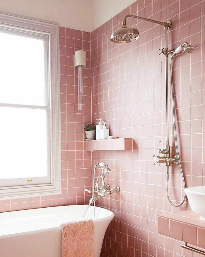 home staging salle de bain en rose pièce propre et bien rangée