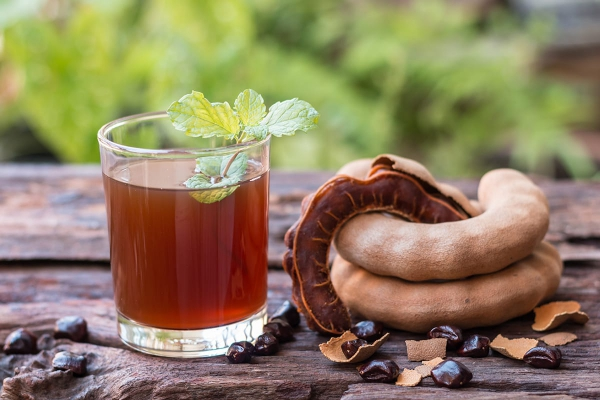 le fruit tamarin un verre de jus