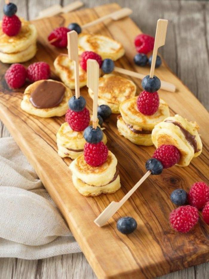 mini pancakes au chocolat et fruits rouges idée brunch de pâques